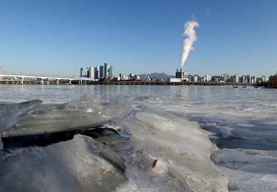 17일 오전 서울 여의도한강공원에 고드름이 얼어있다. 뉴스1