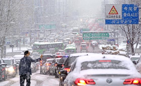 폭설이 내렸던 12일 서울 서초구 교대역 인근 도로가 폭설로 인해 교통체증을 보였다. 뉴스1