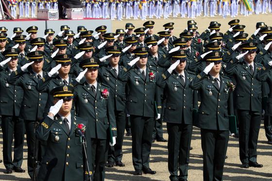 지난해 3월 5일 서울 노원구 육군사관학교에서 열린 '제76기 졸업 임관식'에서 신임 소위들이 거수경례를 하고 있다. 사진은 기사 내용과 관련 없음. [사진 국방일보 제공]