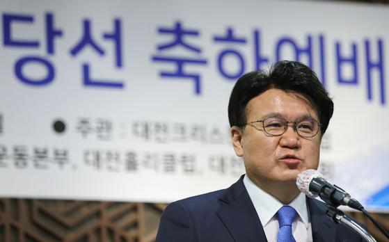황운하 국회의원(대전 중구)이 지난해 5월 29일 대전시 유성구 라온컨벤션호텔에서 열린 대전지역 제21대 국회의원 당선 축하 예배에 참석해 당선인사를 하고 있다. 뉴스1
