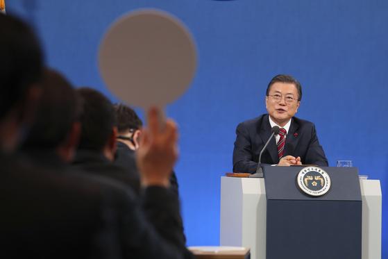 문재인 대통령이 18일 청와대에서 열린 2021 신년 기자회견에서 질문에 답하고 있다.김성룡 기자