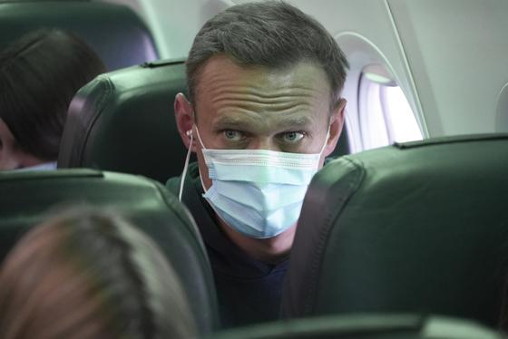 알렉세이 나발니가 17일(현지시간) 독일 베를린 브란덴부르크 공항에서 모스크바행 비행기에 탑승해 있다. [AP=연합뉴스]