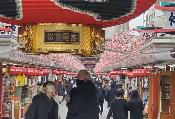 신종 코로나바이러스 감염증(코로나19) 긴급사태가 발효 중인 가운데 17일 오후 일본 도쿄도(東京都)의 관광지인 센소지(淺草寺) 인근이 행락객으로 붐비고 있다. 연합뉴스