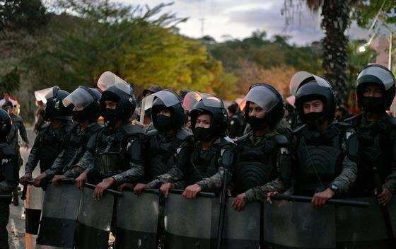 과테말라 군대가 온두라스 캐러밴 무리가 모여있는 곳 인근에서 방어 태세를 강화하고 있다.[AFP=연합뉴스]