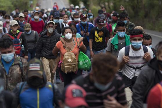 지난 16일 과테말라의 한 고속도로를 따라 북상 중인 온두라스 캐러밴 무리. [AP=연합뉴스]