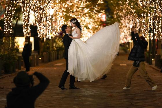 지난달 8일 일본 도쿄에서 결혼을 앞둔 커플이 웨딩사진을 찍고 있다. [EPA=연합뉴스]