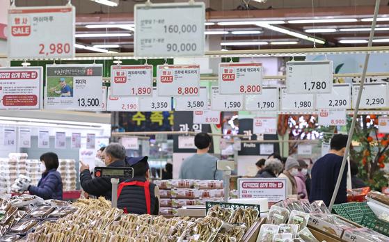 14일 오후 서울 서초구의 한 대형 마트 채소 코너에서 시민들이 장을 보고 있다. 통계청에 따르면 작년 12월 소비자물가지수는 전년 같은 달보다 0.5% 올랐으나 농·축·수산물은 9.7%나 올랐다.[연합뉴스]