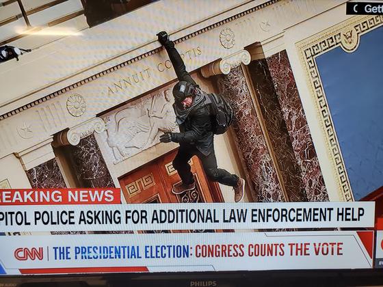 트럼프 지지자들이 6일 오후 미 의사당에 난입해 조 바이든 대통령 당선인의 승리를 확정하는 상하원 합동 회의가 중단됐다. [CNN 캡처]