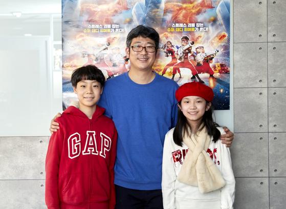 '스트레스 제로'의 이대희 애니메이션 감독(가운데)을 만난 김태균 학생기자(왼쪽)·이다예 학생모델이 영화 뒷이야기와 애니메이션 제작 및 감독에 대해 알아봤다.