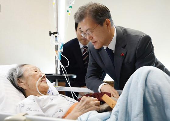 2018년 1월 4일 문재인 대통령이 서울 신촌 세브란스 병원에 입원한 '위안부' 피해자 김복동 할머니를 문병하고 있다. 한편 김 할머니는 2019년 향년 93세를 일기로 별세했다. [사진 청와대]