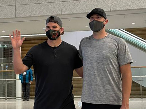 한화 이글스 새 외국인 선수 라이온 힐리(왼쪽), 라이언 카펜터가 17일 오전 인천국제공항을 통해 입국한 뒤 포즈를 취하고 있다.   이들은 곧바로 충청북도 옥천으로 이동해 단독 주택에서 2주간 자가격리를 한다. 한화 제공
