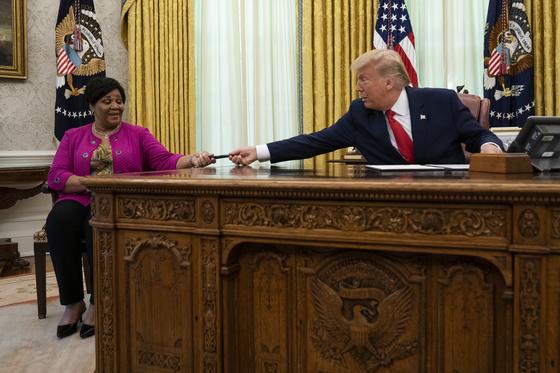 도널드 트럼프 대통령은 백악관 집무실에서 마약 사범인 앨리스 존슨을 사면했다. [AP=연합뉴스]