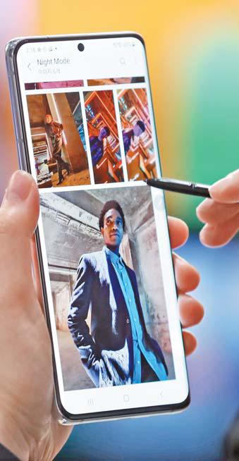 삼성전자의 스마트폰 '갤럭시 S21'. [뉴시스]