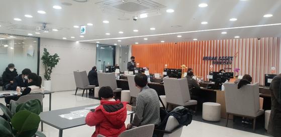 지난 15일 미래에셋대우 강남역WM 지점에서 방문객들이 차례를 기다리고 있다. 염지현 기자