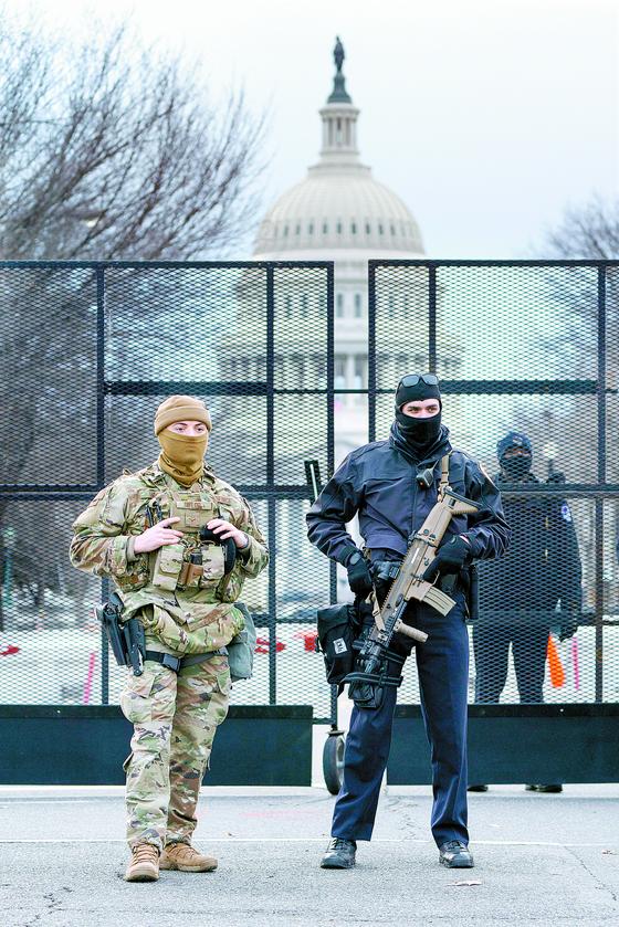 16일(현지시간) 미국 워싱턴DC 의사당 앞에서 경계를 서고 있는 주방위군과 경찰. 오는 20일 조 바이든 대통령 취임식을 앞두고 워싱턴의 경계 태세가 크게 강화됐다. [AP=연합뉴스]
