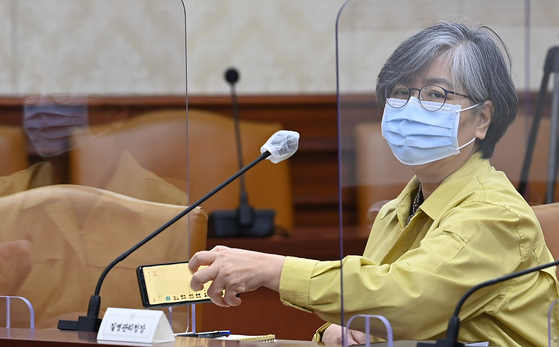 정은경 질병관리청장이 15일 오전 서울 종로구 정부서울청사에서 코로나19 대응 중앙재난안전대책본부(중대본) 회의에 참석하고 있다. 뉴시스