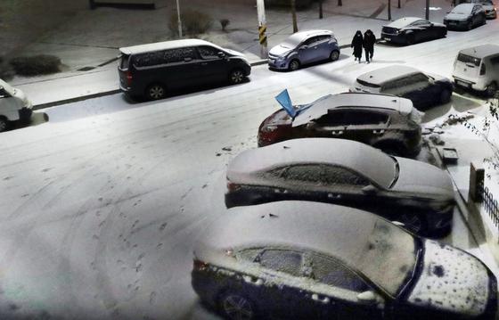 17일 밤 경기도 광명시 소하동 주택가 도로에 눈이 쌓이고 있다. [뉴시스]