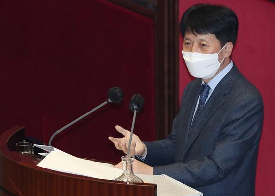 """오기형 더불어민주당 의원은 공매도 금지 연장 논란을 중국 마오쩌둥의 '참새 박멸' 일화에 빗대 """"참새는 해로운 새인가""""라고 물었다. """"공매도 금지 상태가 지속되면 우리나라 주식시장에 대한 신뢰 하락, 외국인 투자자의 이탈, 주가 거품 발생 가능성 증가 등 부작용이 우려된다""""는 설명이었다. 뉴스1"""
