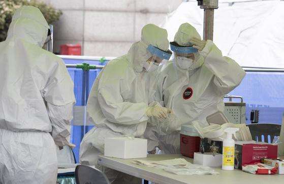 29일 오전 서울역 앞 코로나19 임시선별진료소에서 의료진들이 검사 준비를 하고 있다. 임현동 기자