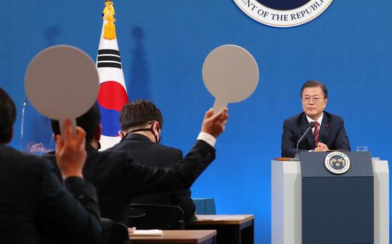 문재인 대통령이 18일 청와대 춘추관에서 열린 신년 기자회견에서 기자들의 질문을 받고 있다. 연합뉴스