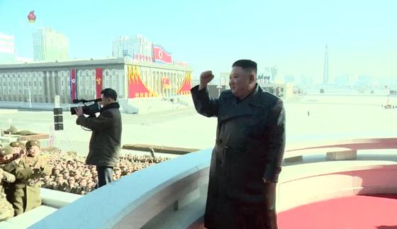 김정은 북한 국무위원장이 16일 제8차 당대회 기념 열병식 참가자들과 김일성광장에서 기념사진을 촬영했다고 17일 조선중앙TV가 전했다. 연합뉴스