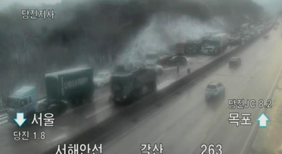 18일 오후 3시쯤 충남 당진시 서해안고속도로에서 차량 35대가 눈길에 미끄러져 잇따라 추돌했다. [사진 교통방송 캡처]