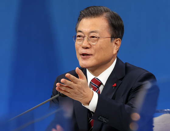 문재인 대통령이 18일 청와대 춘추관에서 열린 신년 기자회견에서 질문할 기자를 지명하고 있다. 청와대사진기자단