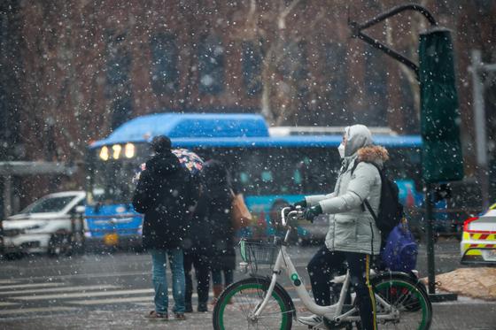 눈이 내리는 18일 서울 종로구 종각역 네거리에서 시민들이 발걸음을 재촉하고 있다. 뉴스1