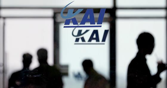 경찰이 한국항공우주산업(KAI)으로부터 4차례에 걸쳐 자문료 명목으로 4600만원을 받은 산업연구원 간부를 부정청탁금지법 위반 등의 혐의로 수사 중이다. 사진은 경남 사천시의 KAI 본사 유리문 너머 직원들이 이동하는 모습. [뉴스1]