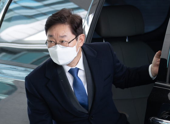 차에서 내리는 박범계 법무장관 후보자. 연합뉴스