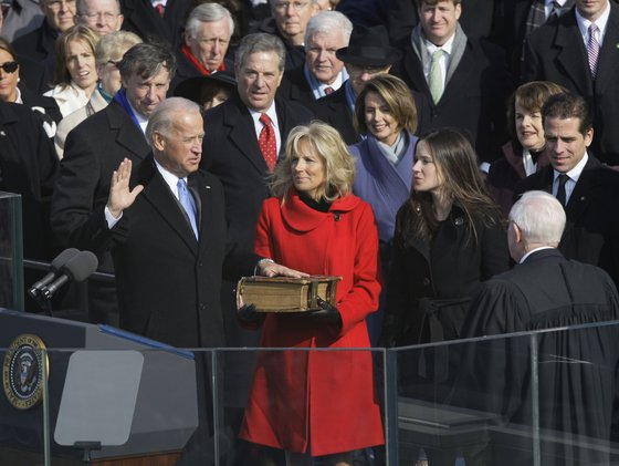 2009년 1월 조 바이든 부통령이 1893년부터 내려온 '가보'인 초대형 성경책에 손을 얹고 취임 선서를 했다. [AP=연합뉴스]