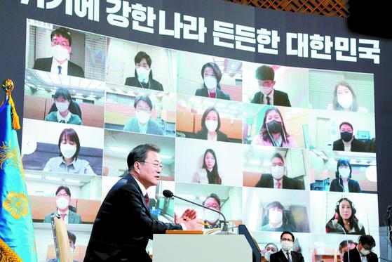 문재인 대통령이 18일 청와대 춘추관에서 열린 신년 기자회견에서 발언하고 있다. [청와대사진기자단]