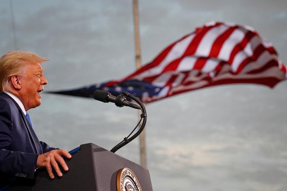 도널드 트럼프 대통령이 지난해 9월 24일 플로리다주 잭슨빌의 세실 공항에서 지지자들 앞에서 연설하고 있다. 트럼프 시대는 미국 국내는 물론 국제 정치에서도 깊은 상처를 남겼다. 로이터=연합뉴스