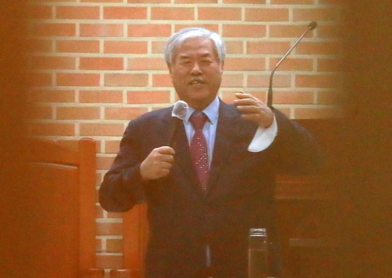 전광훈 사랑제일교회 목사가 19일 전북 전주시 한 교회를 찾아 설교하고 있다. [뉴시스]