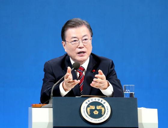 18일 문재인 대통령이 청와대 춘추관에서 온ㆍ오프 혼합 방식의 신년 기자회견을 연 모습.