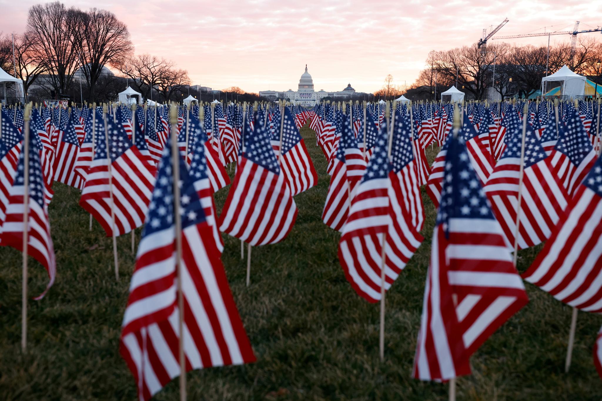 미국 국기가 대통령 취임식장 앞 내서널 몰을 가득 채우고 있다. 로이터=연합뉴스