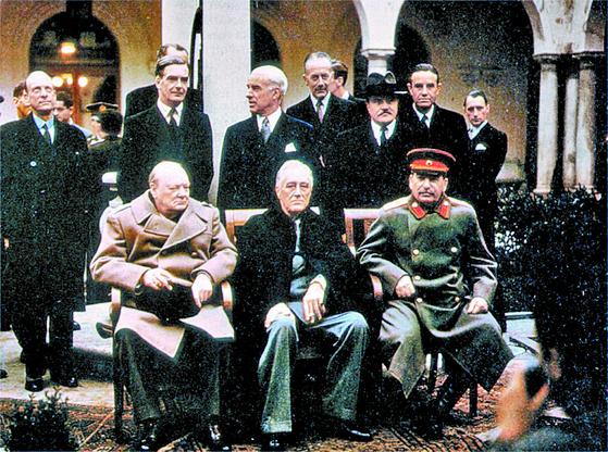 제2차 대전에서 군국주의와 나치즘, 파시즘을 격파한 미국은 영국, 소련과 함께 전후 질서의 새 판을 짰다. 사진은 얄타회담에 모인 연합국 지도자들. 사진 앞줄 왼쪽부터 영국의 윈스턴 처칠 총리, 미국의 프랭클린 루스벨트 대통령, 소련의 이오시프 스탈린 지도자.. 사진=미국 국립 문서보관소
