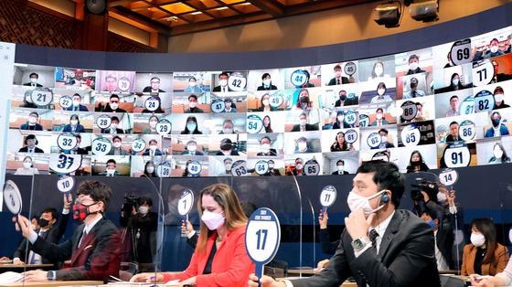 18일 오전 청와대에서 열린 문재인 대통령의 신년 기자회견은 코로나19 확산에 따른 거리두기를 고려해 기자 20명만 참석하고 100명은 화상 연결로 진행됐다. [청와대사진기자단]