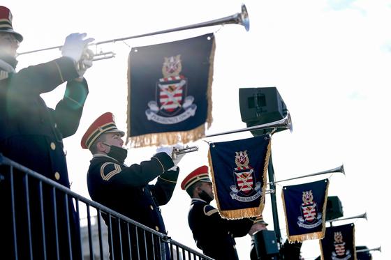 오는 20일 미국의 조 바이든 대통령 당선인의 취임식이 열릴 미국 워싱턴 연방의사당의 서측 계단에서 18일 미국 육군 군악대가 팡파레 리허설을 하고 있다. 로이터=연합뉴스