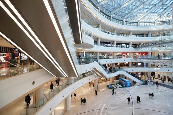 사회적 거리두기 2.5단계가 시행 중인 지난 10일 서울의 한 대형 쇼핑몰이 비교적 한산한 모습이다. [연합뉴스]