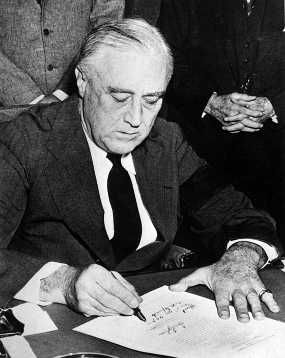 1941년 12월 7일 일본의 진주만 공격 뒤 선전포고 문서에 서명하는 미국의 프랭클린 루스벨트 대통령. 사진=미국 국립문서보관소