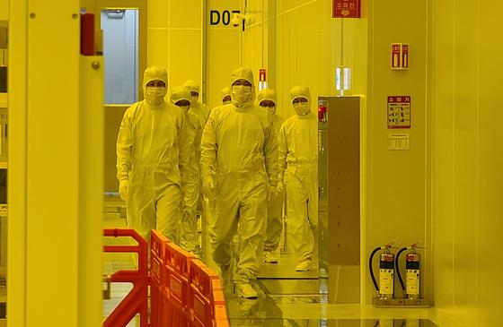 새해 첫 업무일인 지난 4일 파운드리 설비 반입식이 열린 삼성전자 평택2공장을 찾은 이재용 삼성전자 부회장. [사진 삼성전자]