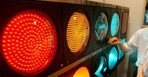 자동차가 우측으로 통행하는 나라에선 신호등의 적색은 왼쪽에, 녹색은 오른쪽에 배치한다. 황색은 가운데 둔다. 사진은 전시회에 출품된 신호등의 모습. [중앙포토]