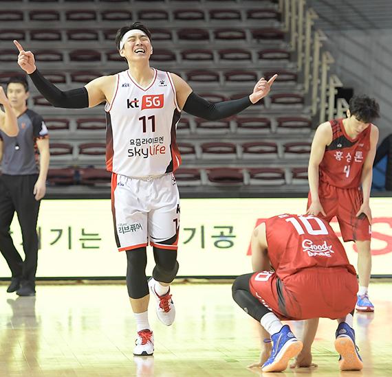 프로농구 KT 포워드 양홍석(왼쪽)은 16일 안양 KGC전에서 부상을 당했다. 피를 흘리면서도 응급처치로 붕대를 감고 경기를 소화해 '투혼의 아이콘'으로 박수를 받았다. [사진 KBL]