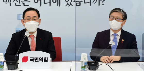 주호영 국민의힘 원내대표(왼쪽)가 19일 오후 서울 여의도 국회에서 취임 인사차 방문한 변창흠 국토교통부 장관과 환담을 나누고 있다. 오종택 기자