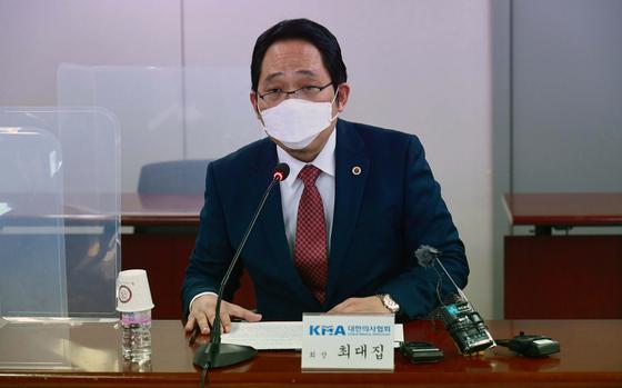최대집 대한의사협회장이 18일 서울 용산구 대한의사협회에서 열린 '코로나19 대응 및 백신 접종 계획 관련 국민의당·대한의사협회 간담회'에서 모두발언을 하고 있다. 뉴스1