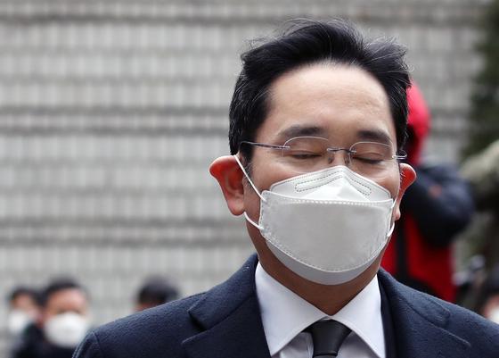 이재용 삼성전자 부회장이 18일 오후 서울고등법원에 들어서고 있다. 연합뉴스