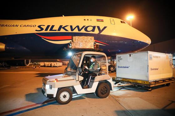 지난해 4월 새벽 인천공항 화물터미널에서 신종 코로나바이러스 감염증(코로나19) 한국형 진단키트를 미국에 수출하기 위해 관계자들이 진단키트 화물을 적재하고 있다. 외교부