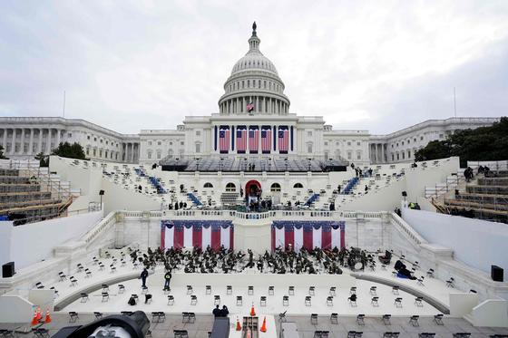 오는 20일 미국의 조 바이든 대통령 당선인의 취임식이 열릴 미국 워싱턴 연방의사당의 서측 계단에서 18일 리허설이 진행되고 있다. AFP=연합뉴스
