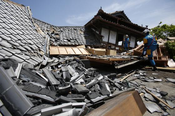 2016년 4월 일본 구마모토현에서 발생한 지진으로 무너진 주택. AP=연합뉴스